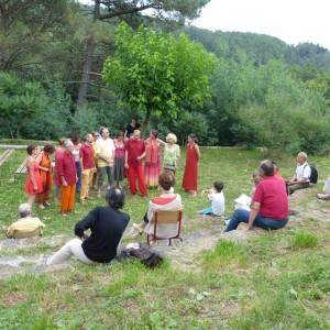 """L'amphithéâtre de verdure :un écrin pour la chorale """"Les polyphonies bourlingueuses""""d'Aix en Provence"""