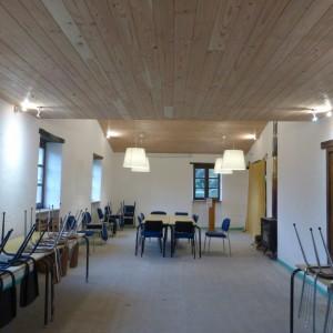 grande salle de réunion équipée de tables et chaises.Eclairage modulable. Prise en hauteur pour projection.Ecran.