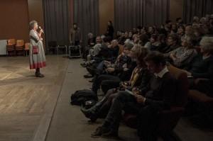 Alix Gilles,présidente de l'association, accueille le public