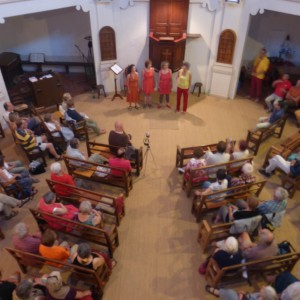 """""""Les polyphonies bourlingueuses """"en soirée au temple de Mialet, au profit des comités de soutien aux migrants."""