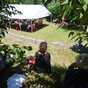 Sous le barnum ou sous un arbre;chacun trouve sa place.