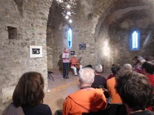 """Soirée de solidarité à l'église St Martin de Corconac.Catherine Bédarida dit """"Vous"""" accompagnée deMichel Pagès à la guitare."""
