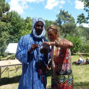 Rencontre sous la treille: Isabelle Jouve et le Maouli, bijoutier nigérien.