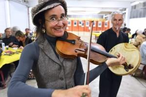 Anne Taupin au violon pendant le repas de dimanche soir.